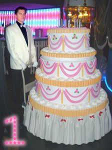 Большой торт с сюрпризом